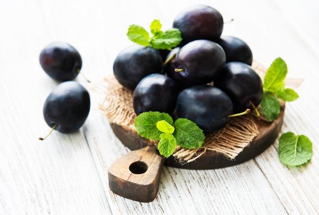 Fresh plums Premium Photo