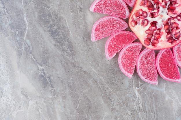 甘いマーマレードと新鮮なザクロ。 無料写真