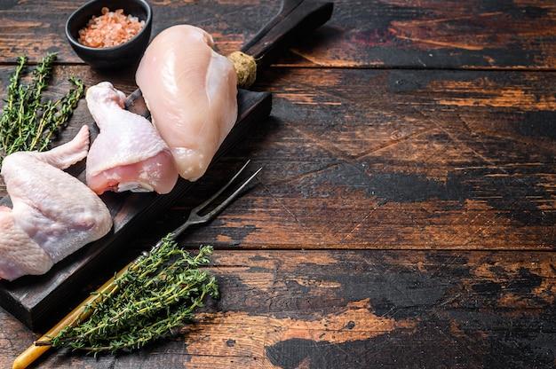 복사 공간 신선한 생 닭 고기 부품 배열 프리미엄 사진