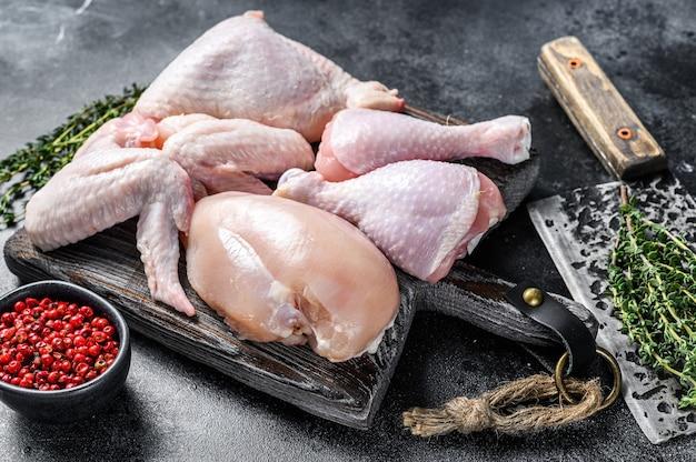신선한 생 닭고기 부품 배치 프리미엄 사진