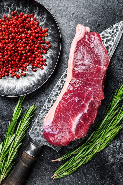 Свежий сырой стейк из мраморной говядины на ноже Premium Фотографии