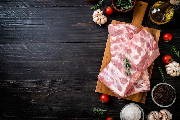 신선한 생 돼지 갈비 프리미엄 사진