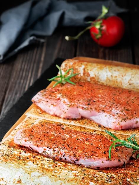 新鮮な生の七面鳥ステーキと野菜とスパイス 無料写真