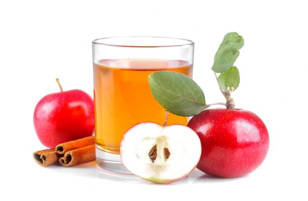 新鮮な赤いリンゴとシナモンの横にあるジュース Premium写真