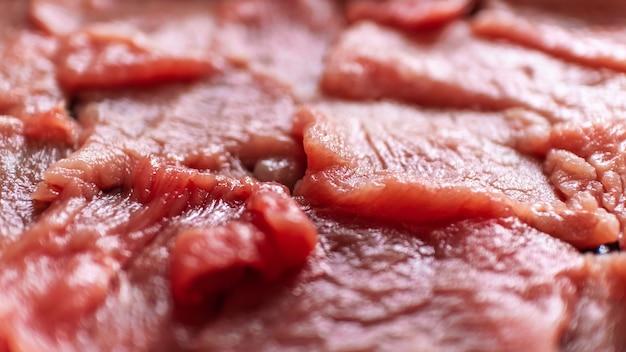 요리 요리사를 위해 선택적 초점을 맞춘 신선한 붉은 슬라이스 쇠고기 프리미엄 사진