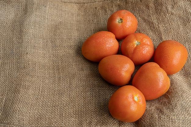 ジュートマットに新鮮な赤いトマト Premium写真