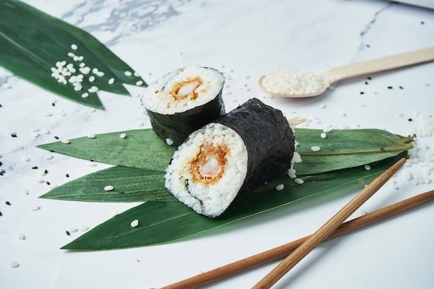 揚げたての天ぷら海老、ご飯、白の規範と新鮮なロールパン。日本の伝統的な巻き寿司。 Premium写真