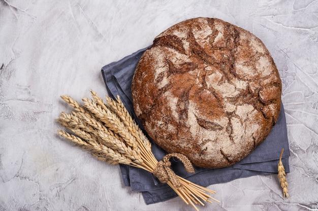 Fresh round sourdough bread Premium Photo