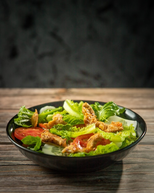 Fresh salad of romaine lettuce and tomatoes with roast chicken Premium Photo