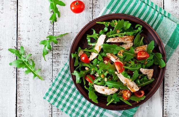 Insalata fresca con petto di pollo, rucola e pomodoro Foto Gratuite