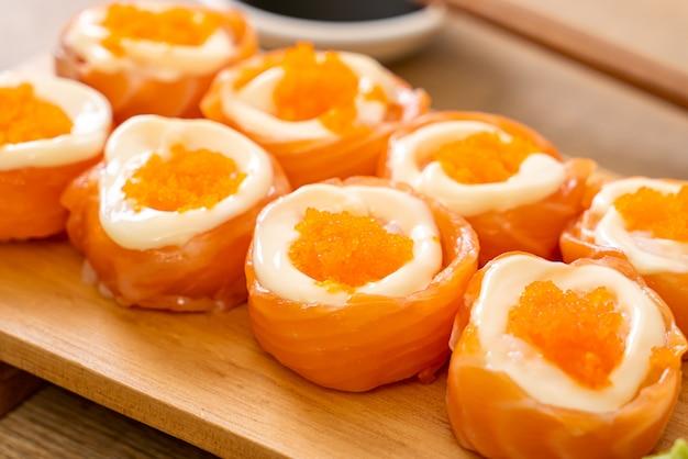 マヨネーズとエビの卵が入った新鮮なサーモン巻き寿司 Premium写真
