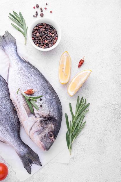 鯛の新鮮な魚とスパイス 無料写真