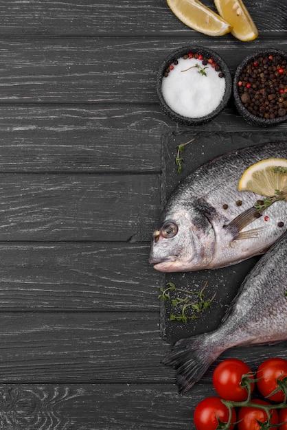 Laici di scorticatura di pesce orata fresca Foto Gratuite