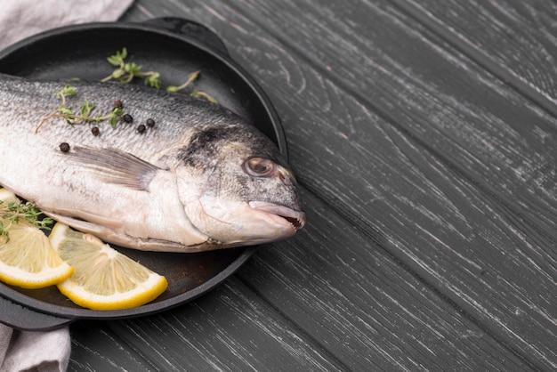 レモンとプレートに新鮮な鯛の魚 Premium写真