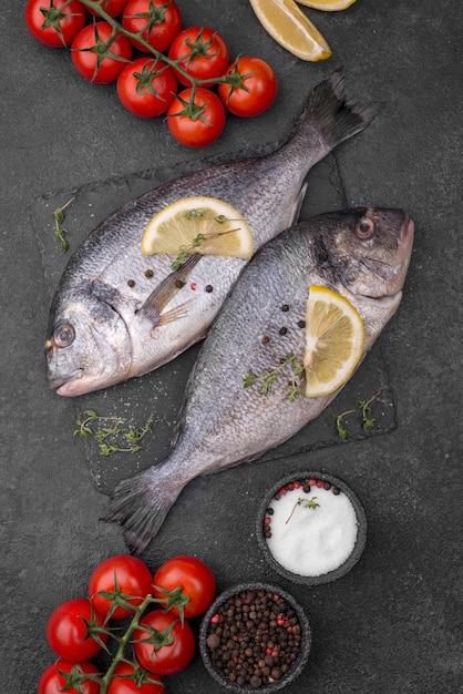 新鮮な鯛の魚とチェリートマト 無料写真