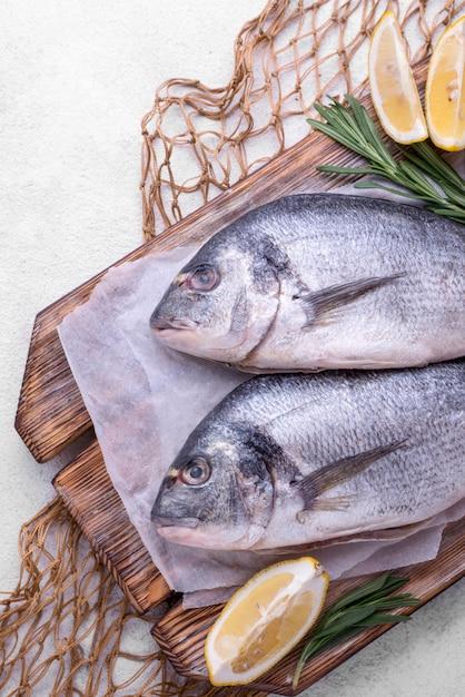 新鮮な鯛の魚とレモンと網のスライス 無料写真