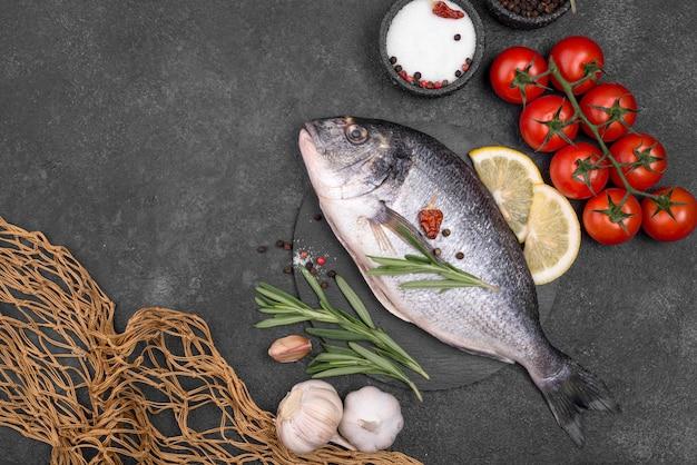 Pesce orata fresco con verdure Foto Gratuite