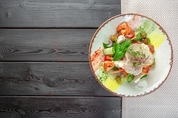 Fresh seafood salad served with prawns and greens Premium Photo