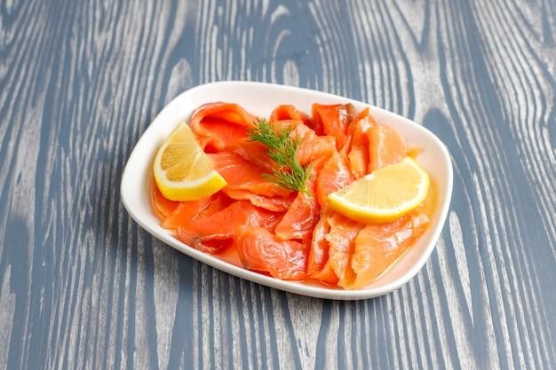 Ломтики свежего копченого лосося. Бесплатные Фотографии