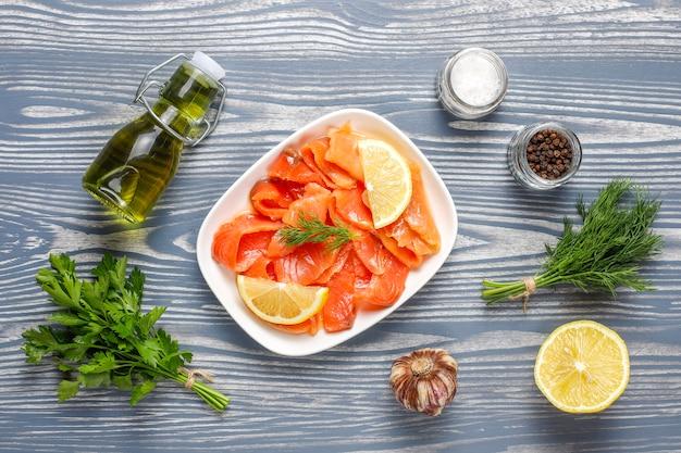 Fette di salmone affumicato fresco. Foto Gratuite