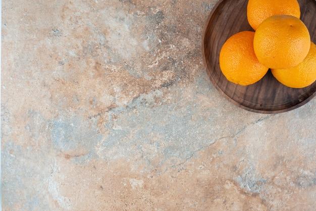 Arance acide fresche sul piatto di legno. Foto Gratuite