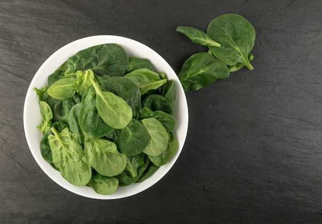 Свежие листья шпината Premium Фотографии