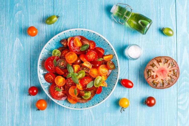 바질과 신선한 토마토 샐러드. 무료 사진