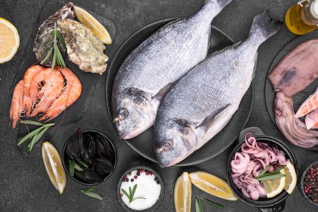 Fresco di pesce crudo pesce piatto laici Foto Gratuite