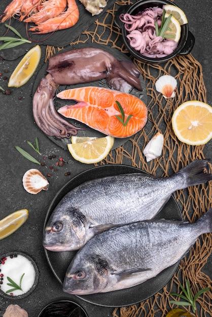 様々なプレートで調理された新鮮な魚介類 無料写真