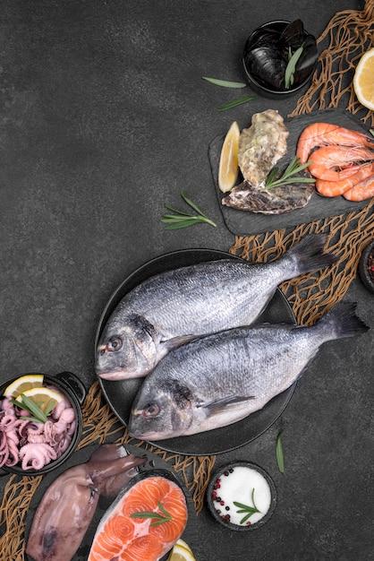 Vista dall'alto di pesce di mare crudo fresco Foto Gratuite