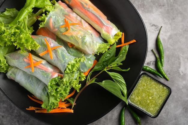 Fresh vegetable rice wraps Premium Photo