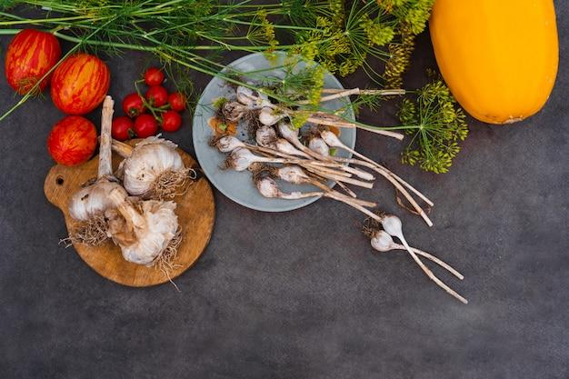 暗いテーブルで新鮮な野菜 Premium写真