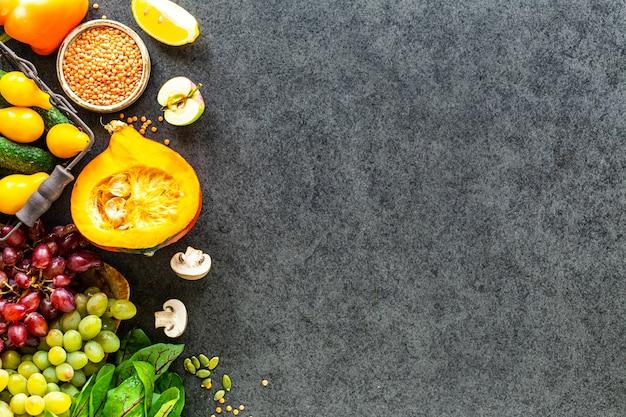 Свежие овощи на темной каменной поверхности Бесплатные Фотографии