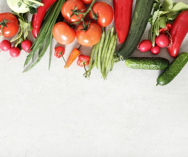 灰色の表面に新鮮な野菜 無料写真