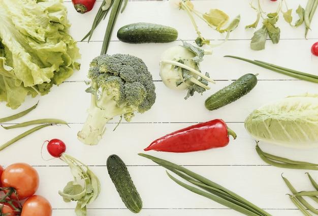 木製のテーブルでの新鮮野菜 無料写真