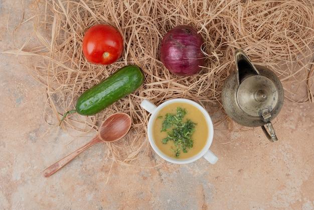 대리석 표면에 맛있는 수프와 신선한 야채 무료 사진