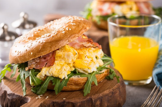 Freshly baked bagel filled with scrambled eggs Premium Photo