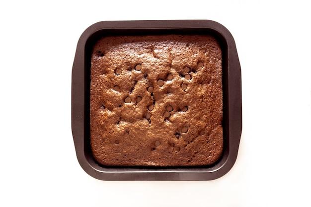 Свежеиспеченный шоколадный брауни на сковороде изолированные Бесплатные Фотографии