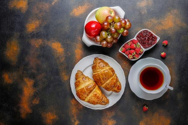 ラズベリージャムとラズベリーのフルーツと焼きたてのクロワッサン。 無料写真