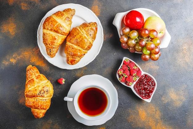 Свежеиспеченные круассаны с малиновым вареньем и плодами малины. Бесплатные Фотографии