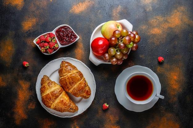 Croissant appena sfornati con marmellata di lamponi e frutti di lampone. Foto Gratuite