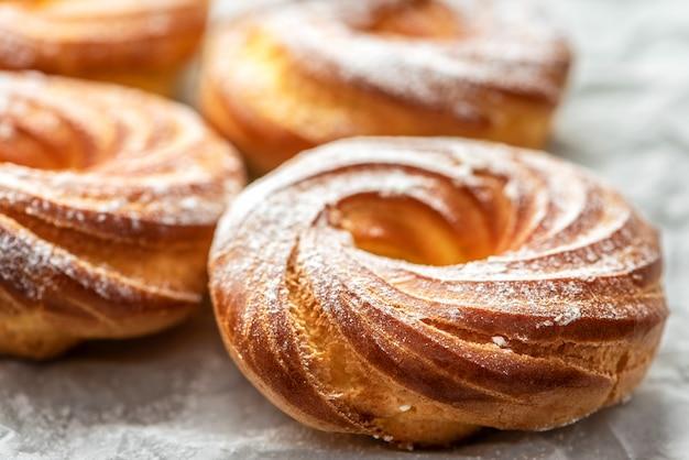 粉砂糖と焼きたてのおいしいケーキ、クローズアップ。 Premium写真