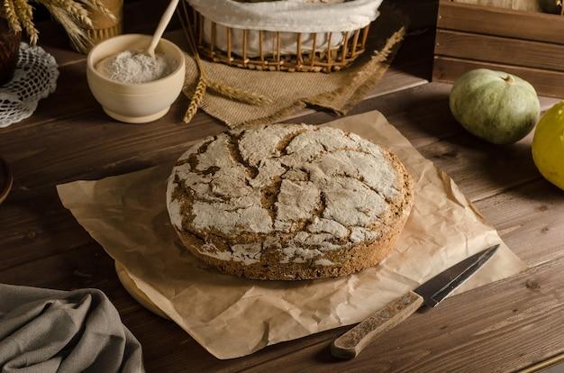 焼きたてのおいしい全粒ライ麦パン Premium写真