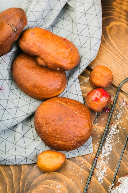Freshly baked donut bread on table cloth over wooden table Free Photo