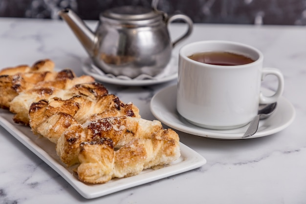 Свежая выпечка и чай Premium Фотографии