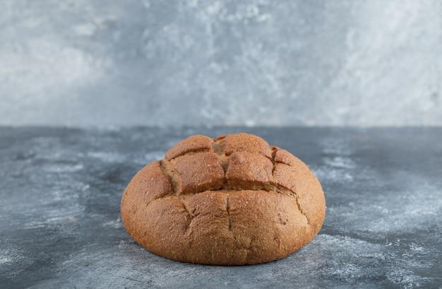 焼きたての自家製職人サワードウライ麦パンと白い小麦粉パン。高品質の写真 無料写真