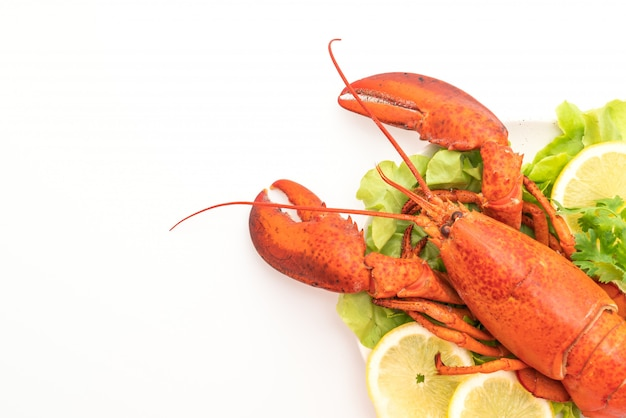 Freshly boiled lobster with vegetable and lemon Premium Photo