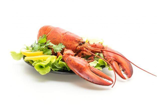 Freshly boiled lobster with vegetable and lemon Premium Photo