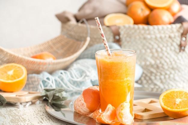 家の中で育った新鮮な有機フレッシュオレンジジュース、ターコイズブルーの毛布とフルーツバスケット 無料写真