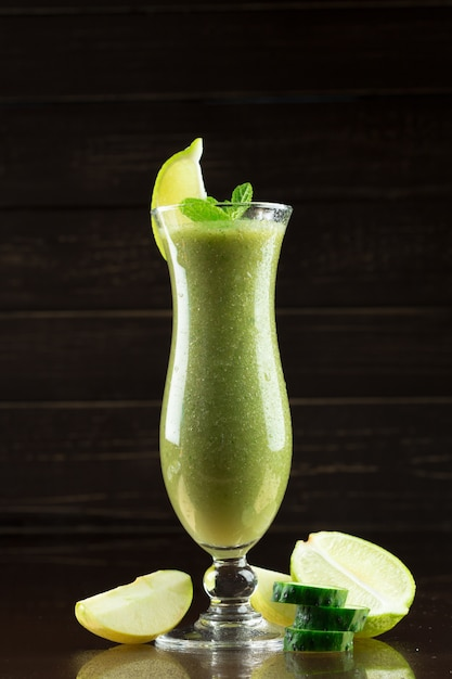 Freshly made healthy green smoothie Premium Photo